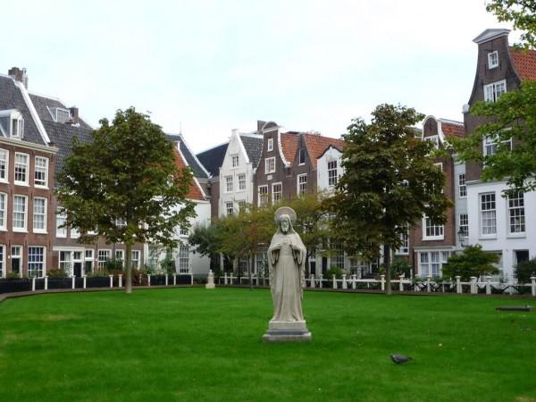 Внутренний двор Бегинажа в Амстердаме