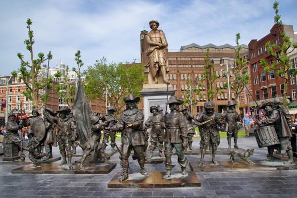 Памятник Рембранту на Площади Рембрандта в Амстердаме