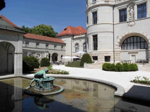 Двор с фонтаном Баварского национального музея в Мюнхене
