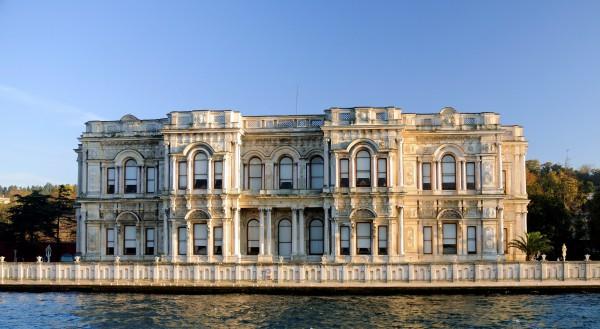 Вид на Дворец Бейлербейи в Стамбуле с Босфора