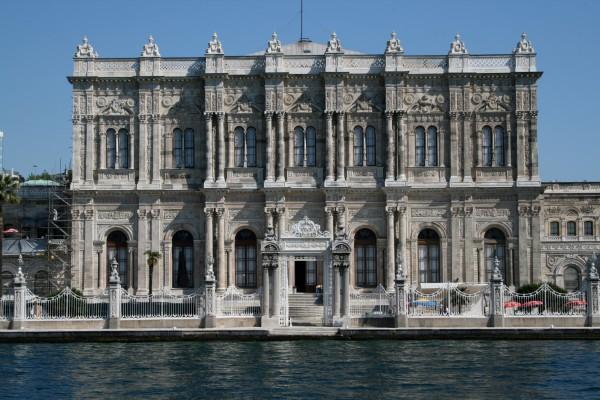 Вид на Дворец Долмабахч с пролива Босфор