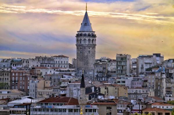Галатская башня в Стамбуле на фоне города