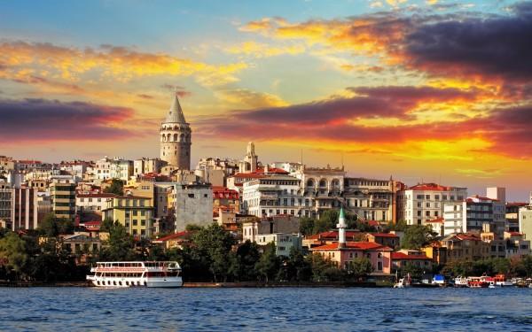 Вид с Босфора на Галатскую башню в Стамбуле
