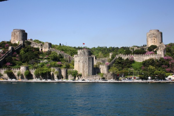 Вид на крепость Румелихисар в Стамбуле с пролива