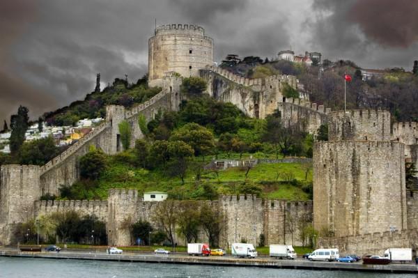Одна из больших башень крепости Румелихисар в Стамбуле