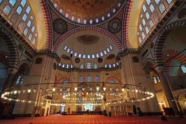 Прекрасная роспись и свет мечети Сулеймание в Стамбуле