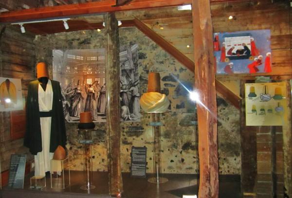 Предметы одежды и обихода дервишей в музее крутящихся дервишей в Стамбуле