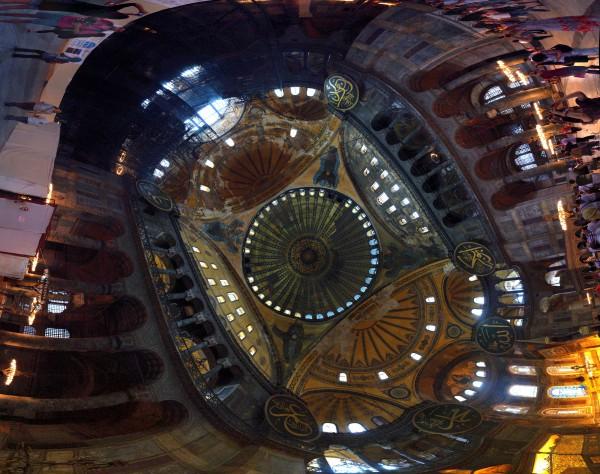 Знаменитый купол Собора Святой Софии в Стамбуле на закате