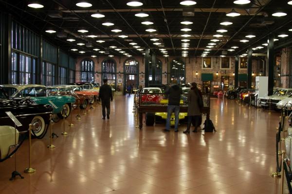 зал с автомобилями в музее Рахми Коча в Стамбуле