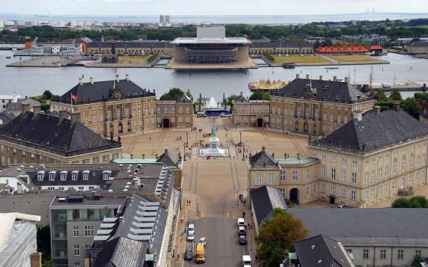 Вид на дворец Амалиенборг в Копенгагене с высоты птичьего полета