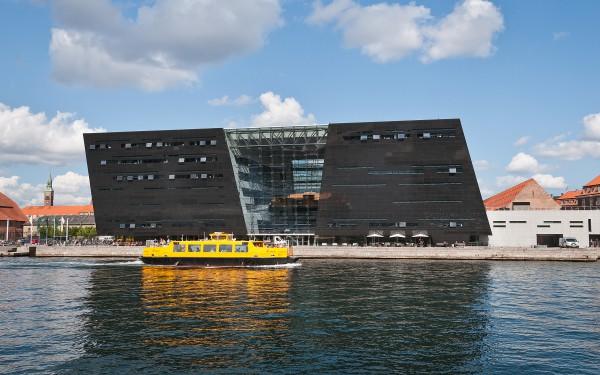 Вид с канала на королевскую датскую библиотеку в Копенгагене