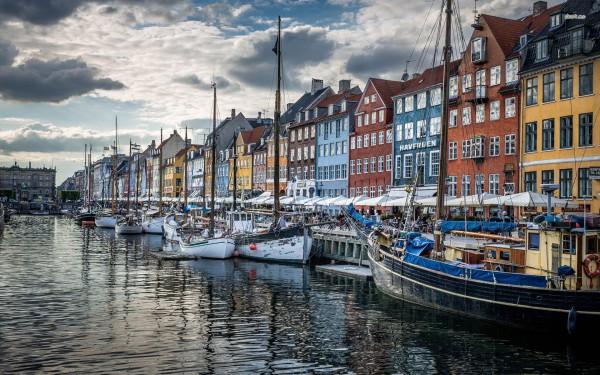 Красивые домики и корабли в гавани в Копенгагене