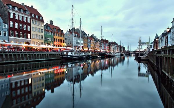 Прекрасный вид канал Копенгагена на закате