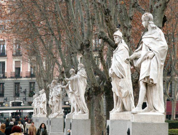 Статуи испанских королей на Восточной площади в Мадриде