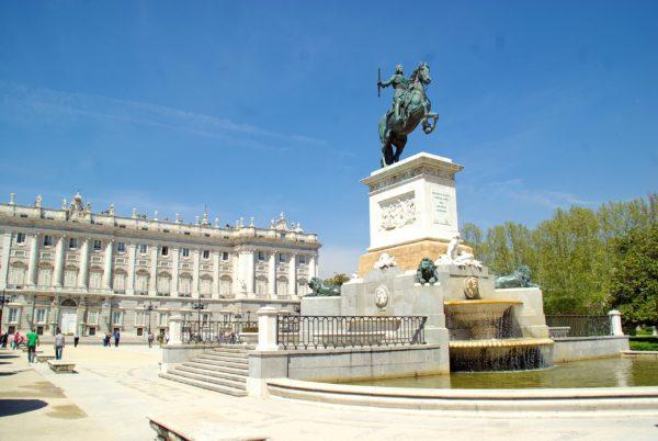 статуя Филиппа IV на Восточной площади в Мадриде