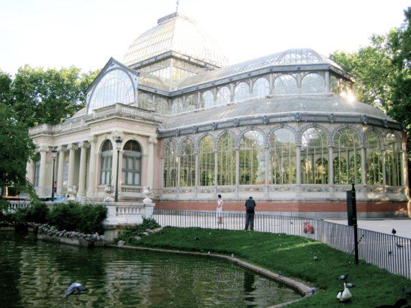 Хрустальный дворец в парке Ретиро в Мадриде