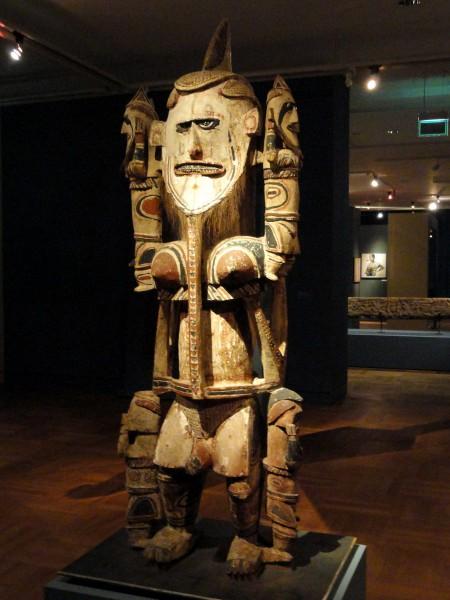 Статуя с Папуа Новой Гвинеии в Музей пяти континентов в Мюнхене