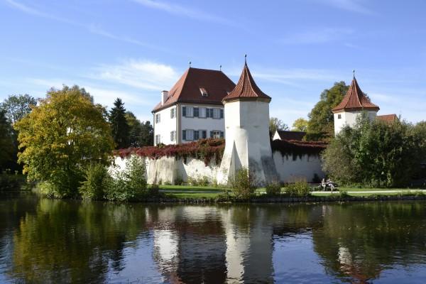 Замок Блютенбург с трех сторон окружен водой