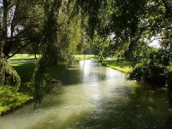 Ручей в Английском саду в Мюнхене