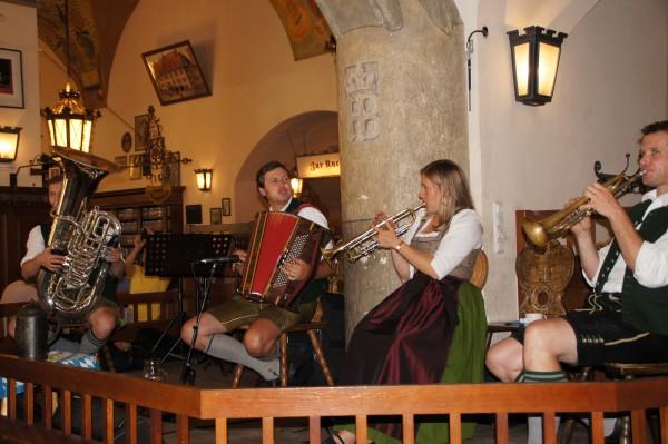 В ресторане Хофбройхаус для гостей играет оркестр