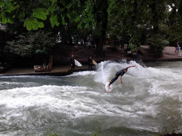 Знаменитый серфинг в Английском саду Мюнхена