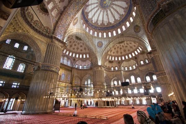 Прекрасная внутренняя отделка Голубой Мечети в Стамбуле