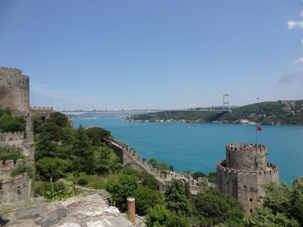 Прекрасный вид на пролив с крепости Румелихисар в Стамбуле с пролива