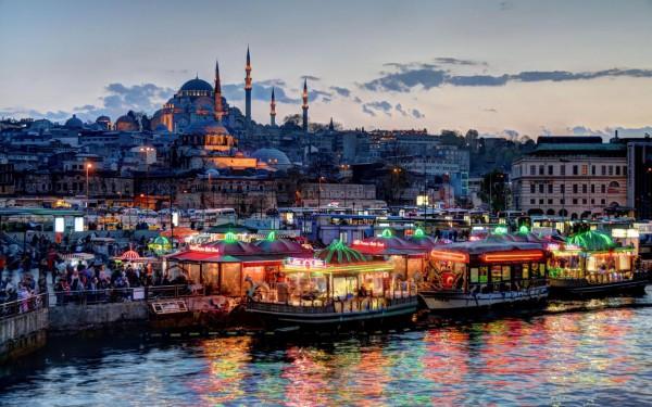 Вид на мечеть Сулеймание в Стамбуле с набережной