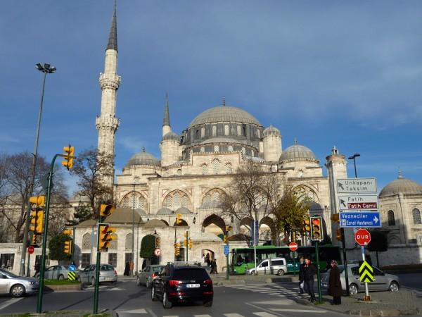 Вид на мечеть султана Эйюпа в Стамбуле с улицы