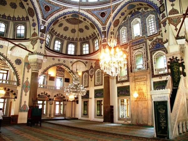 Роспись стен и хрустальные люстры в мечети султана Эйюпа в Стамбуле