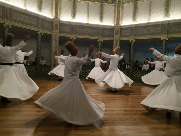 Знаменитый танец дервишей в музее крутящихся дервишей в Стамбуле