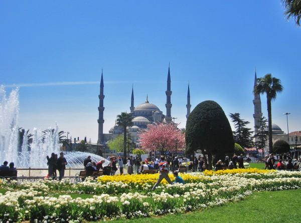 Фонтан и парк на Площади Султанахмет в Стамбуле