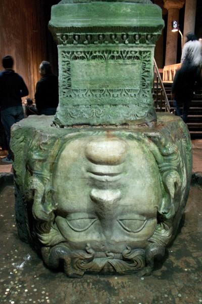 Голова медузы Горгоны в Цистерне Базилика в Стамбуле