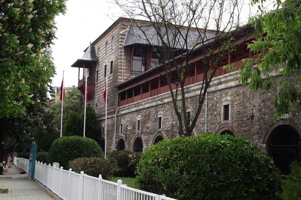 Вход в Музей турецкого и исламского искусства в Стамбуле