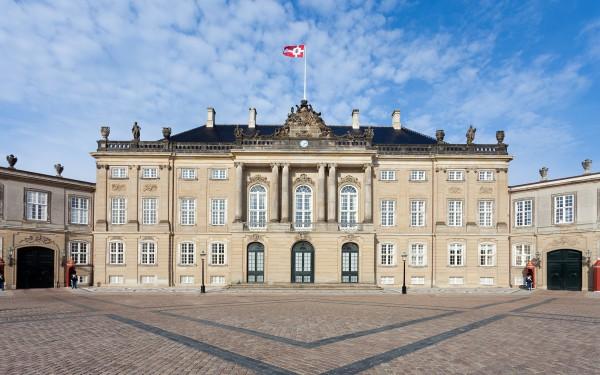 Фасад дворца Амалиенборг в Копенгагене