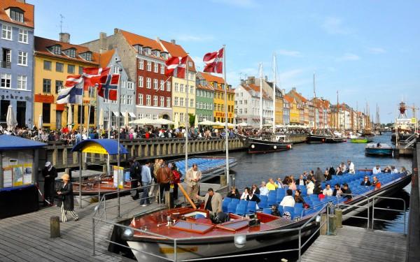 На канале Копенгагена всегда много туристов