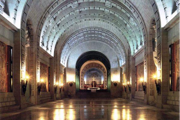 Внутри монумента в Долине Павших в Мадриде